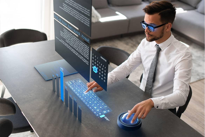 Executivo utiliza realidade aumentada para trabalhar e estudar