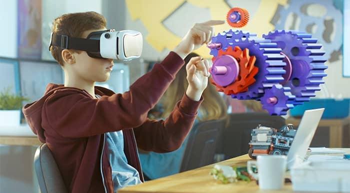 Jovem interage com realidade aumentada por meio de óculos